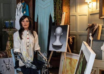 El robot con forma de mujer humanoide que dibuja cuadros