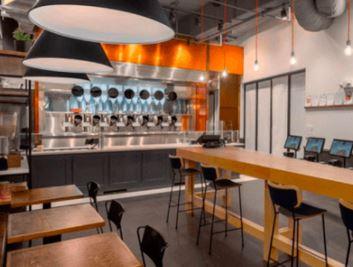 En un local de comidas de nombre Spyce hay robots cocineros