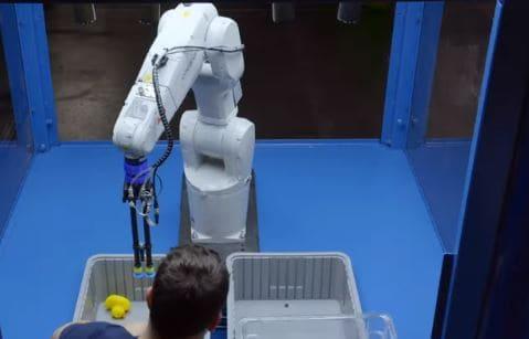 ABB se alía con Covariant para incluir IA en robots de logística